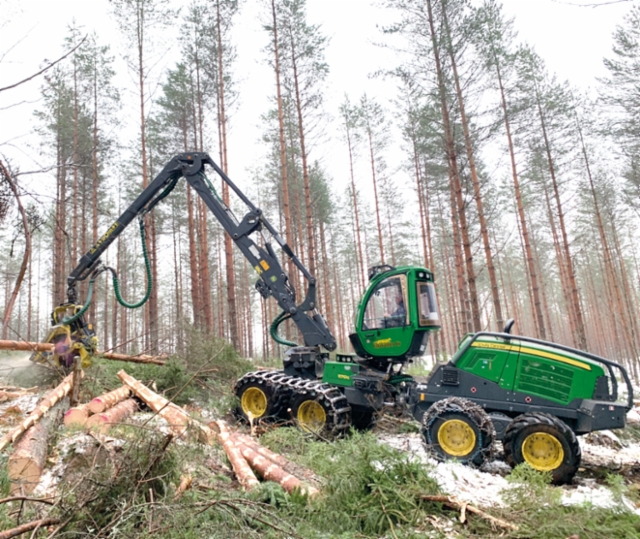 Forest Vihavainen Ky Mäntyharjulta urakoita puuta kuudella koneketjulla Stora Ensolle. Kuvassa 8-pyöräinen pitkäpuominen John Deere 1170G -harvesteri varustettuna H414 -kouralla ja IBC-kärkiohjauksella tekee puuta Heinolan puolella