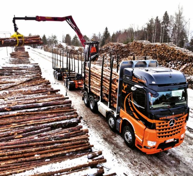 Team Juntunen Oy:n uusi Mercedes-Benz Arocs 3263 8x4 puutavara-auto haki ensimmäistä kuormaa 2.1.2020 Oulaisten asemalta.