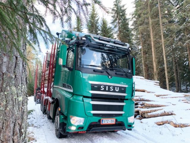 Korpikuljetus Oy otti alkuvuodesta 2020 ajoon uuden Sisu Polar Timber Hybrid puutavara-auton, mistä kaupat tehtiin Keski-Suomen alueen Sisu-myyjän Janne Vuorisen kanssa.