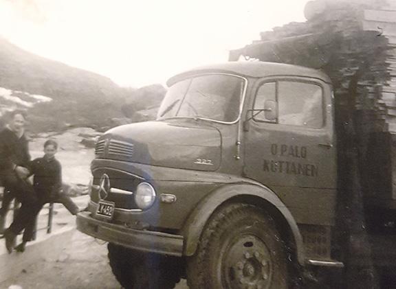 """Onni Palo ja poikansa Kauko """"digipiirturitauolla"""" Norjan puolella Kilpisjärveltä pohjoiseen 60-luvulla; lautakuormassa Mercedes-Benz 327."""