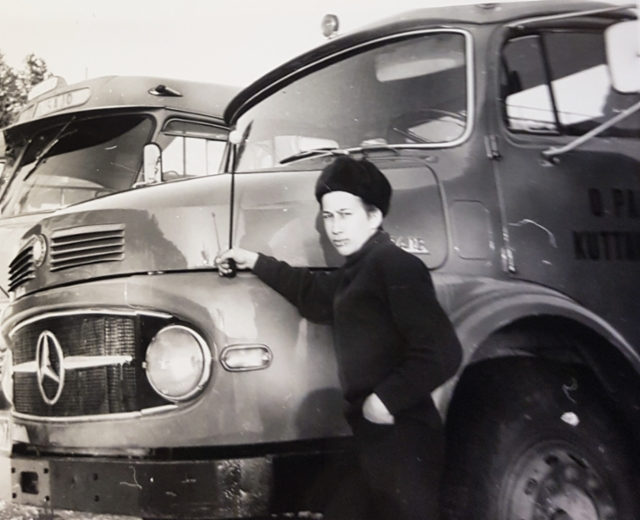 Kuttasen Paloilla pitkä historia Mercedes-Benz kuorma-autojen käyttäjänä. Kuvassa nuori mies Kauko Palo nojailee ylpeänä Tähtikeulan nokkaa 70-luvulla.