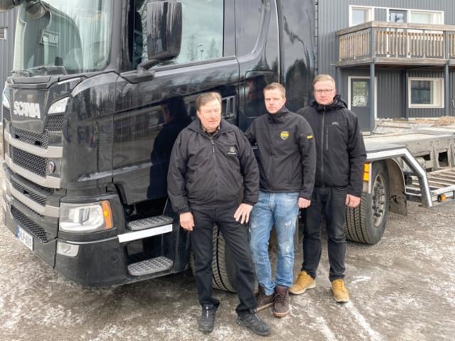 Viitanen Yhtiöt Oy:n Juhani (vas.), Timo ja Jarno Viitanen esittelivät onnistunutta Scania ritiläautoa.