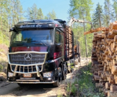 Serforest Oy otti kesäkuun lopulla 2020 ajoon uuden tummanpuhuvan Mercedes-Benz Arocs 3363 8x4 puutavara-auton. Kuvassa ollaan pinolla Heinolan kulmilla.
