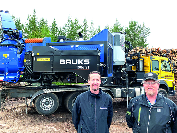 Ari Junttila (oik.) ja hakkurin myynyt Sawcenter Oy:n Joakim Lund perehtyivät uuden Bruks 1006 ST -hakkurin tekniikkaan ja käyttöominaisuuksiin kesäkuun alkupuolella Kouvolassa