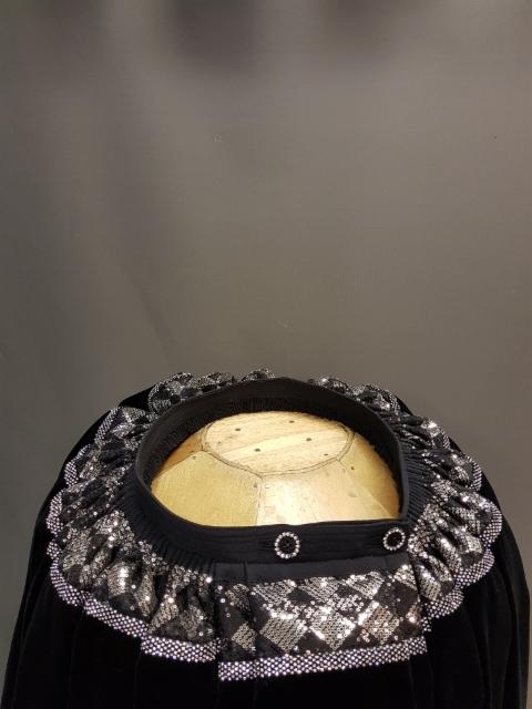 Nro 0010 pikkupaljetti musta hopea vino 7 kirkas kivinauha koko hameeseen leveys 6 m = 510 euroa 7.5 = 590 euroa 9 = 660 euroa ilman välikangasta välikankaalla +40 euroa