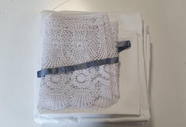 nro 2 Pussilakana tarvikepakkaus sisältää lakanakankaan koko 150x215 cm tyynyliina 55x60 cm sekä pitsit kumpaankin pitsin leveys 20 cm ja silkkinauhaa hinta 24 euroa pitsin värit valkoinen tai harmaa silkkinauha valkoinen tai harmaa