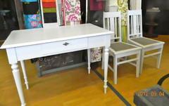 Kirjoituspöytä ja tuolit