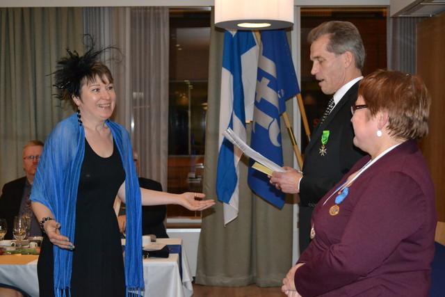 Minna Skyttä vastaanottamassa stipendiään. Oikealla oltermanni, ompelija- ja vaatturimestari Hannele Teurokoski sekä säätiön hallituksen puheenjohtaja Jaakko Solja.