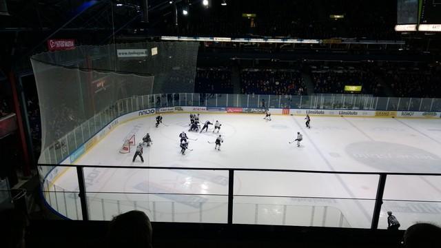 Vauhdikas alku (Yhteisvastuukeräyksen avajaistapahtuma jääkiekko-ottelussa Blues - Ilves, Espoo)