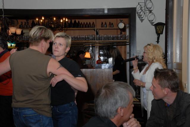 Tarja ja Mervi tanssimassa Kaisu laulaa.