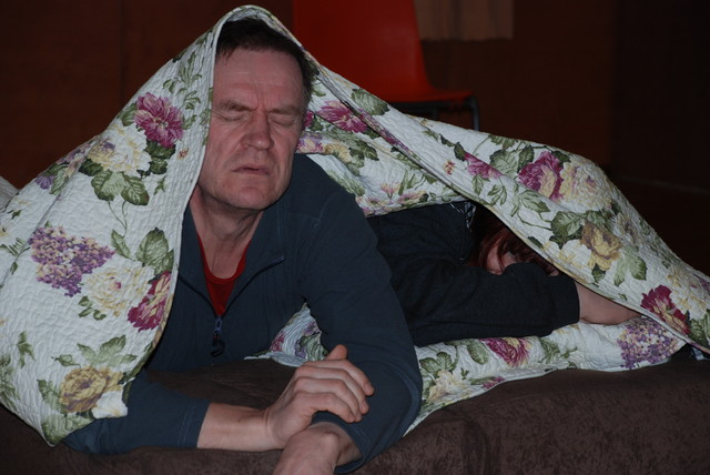 Bill (Veikko Kurki) herää hääpäivän aamuna
