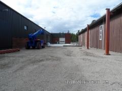 teollisuushallin rakentamista
