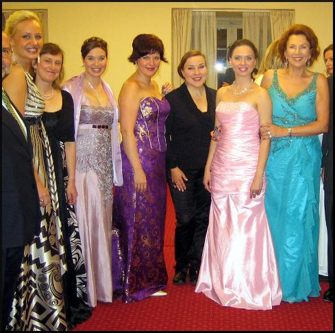 naisten juhlapuvut Kannustumma puku koodi naiset Helsinki