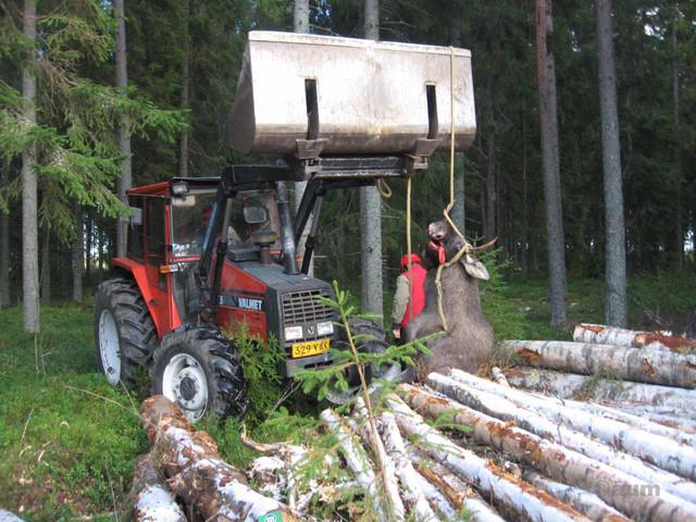 Traktorilla auttamassa