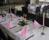 Vaaleanpunaiset kattaukset salissa