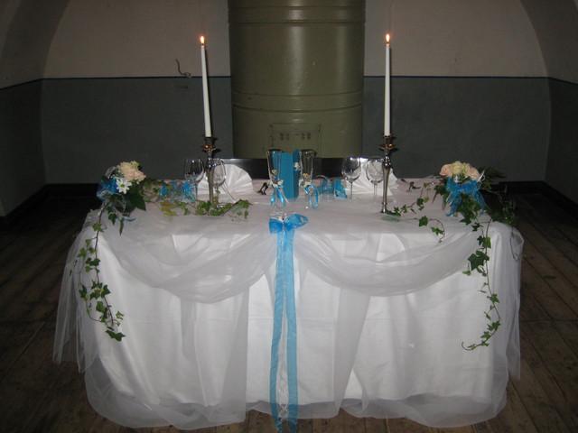 Turkoosisävyinen morsiuspöytä