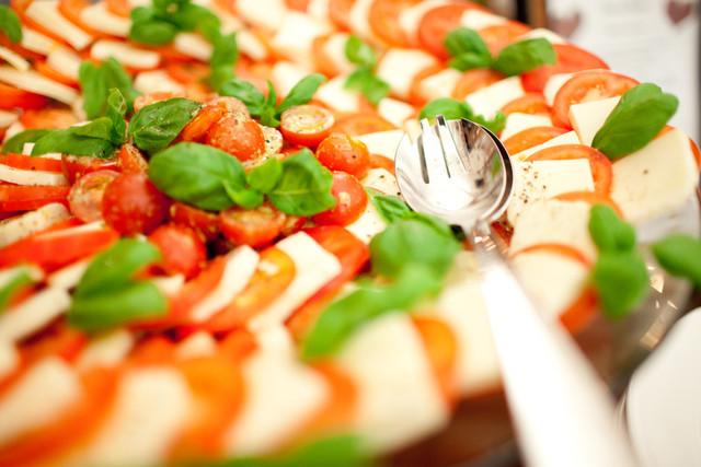 Tomaatti-mozzarellasalaattia