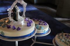 Hääkakku sinisin koristein