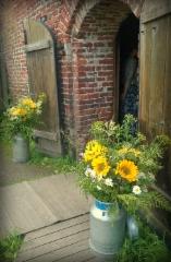 Kauniit kukat Ruutikellarin ovella