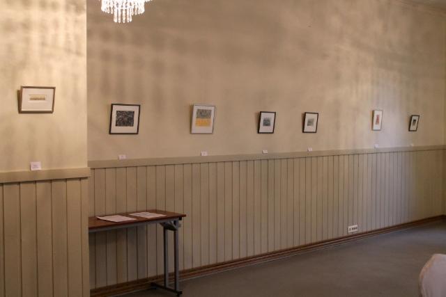 Taidenäyttely salissa