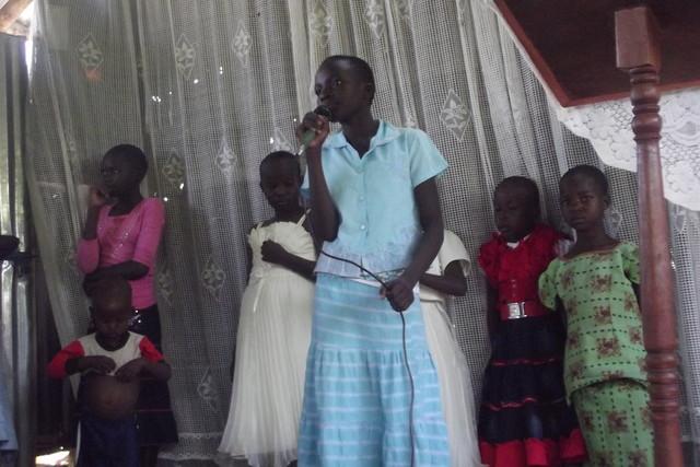 Lapset laulamassa
