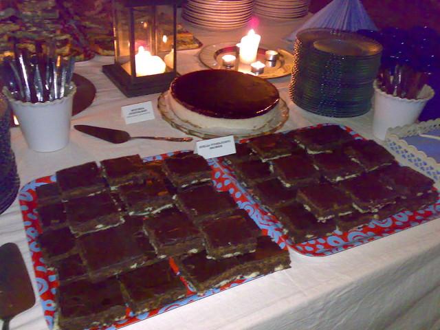 Ruutikellari buffet, brownies+kakkua