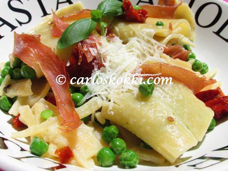 pasta_ateria_aurinkokuivatuista_tomaateista_pastasta_ja_ilmakuivatusta_kinkusta.jpg