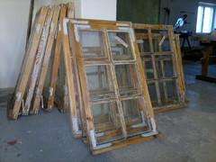 Kaikki vanhat kitit ja maalit on poistettu, ulkopuitteet homesuojataan ja metalliosat ruostesuojataan