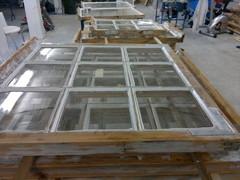 Pieniruutuisten ikkunoiden kittaus on aikaavievää ja tarkkaa käsityötä