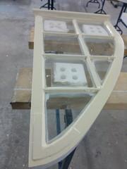 Maalit lasilta puhdistetaan ja rajat vedetään maalin kuivuttua