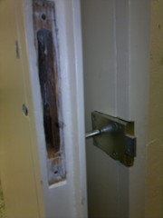 Melkein kaikista ovista puuttuu kahvat ja helat. Ne uusitaan ja istutetaan siististi sopiviksi