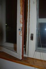 Vanhat laahustiivisteet olivat kovettuneet ja estivät ikkunoita aukeamasta kunnolla. Asukas oli joutunut käyttämään erilaisia työkaluja niiden aukaisuun ja jälki on sen mukaista.