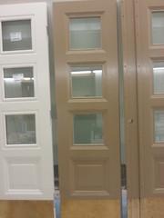 Vanhat messinkiset potkupellit päätettiin hioa puhtaiksi ja suoristaa. Ovet ovat saaneet lasit, uudet pystylistat ja 4 kerrosta maalia.