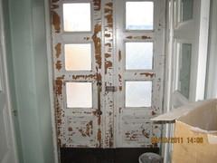 Vanhat ovet ovat nähneet monta vaihetta talossa, maali pahoin rapistunut mutta puu on tervettä