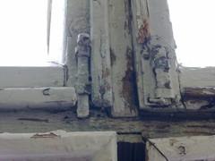 Sisäpuitteiden kunto oli parempi puuosiltaan, mutta aikojen saatossa helojen vaihto ja ikkunoiden huono käynti on aiheuttanut monia vaurioita