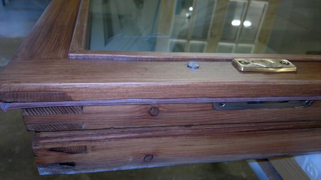 kaksiosaisissa puitteissa ulkopokassa kitti ja sisäpokassa lasituslista ja lämölasielementti sekä uudet tiivisteet