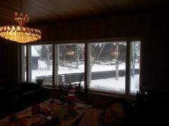 Olohuoneessa on iso näyttävä ikkunakokonaisuus joka on iso osa huonetta. Ikkunat eivät aukea hyvin ja niistä vetää talvella.