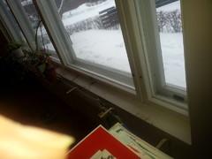 Olohuoneeseen haaveiltiin kiinteää leveää ikkunapenkkiä. Edellinen oli kulmaraudoin seinässä
