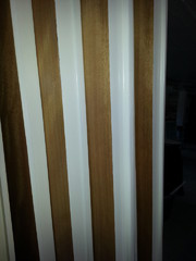 Alkuperäisestikkin ovissa oli valkoiseksi maalatut sivut. Tämä haluttiin säilyttää