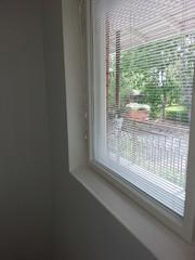 Tuulikaapin ikkuna oli vain kaksipuitteinen. Tässä sisäpuitteeseen asennettiin lämpölasielementti ja smyygit kunnostettiin