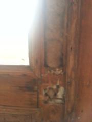 Parvekkeen ovet on olleet joskus ulko-ovet ja niissä postilaatikko. Siitä talvella ikävästi pääsee pakkanen sisään.