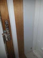 Kaikkien ulko-ovien tiivistelistat tehtiin asiakkaan toivomalla profiililla ja maalattiin oven sävyyn. Asukas itse harkitsee, maalaako karmit vai jättääkö tuollaisiksi.