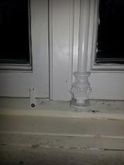 Vasemmanpuolisissa ikkunoissa ei ollut mitään kiinnitystä vaan ne oli naulattu. Päädyimme mahdollisimman yksinkertaiseen ja vanhanaikaiseen menetelmään