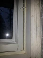Naula on ihan hyvä tapa kiinnittää ikkuna mikäli sitä ei haluta aukeavaksi...asiakkaalla oli kuitenkin haaveena saada ikkunoihin vanhat espanjoletit toimivina. Helat oli jo kierrätyksestä hankittu osina ja palasina kaapissa