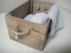 tämä pinnoiltaan rouhea mutta kevyt laatikko on täydellinen lehtien keräykseen