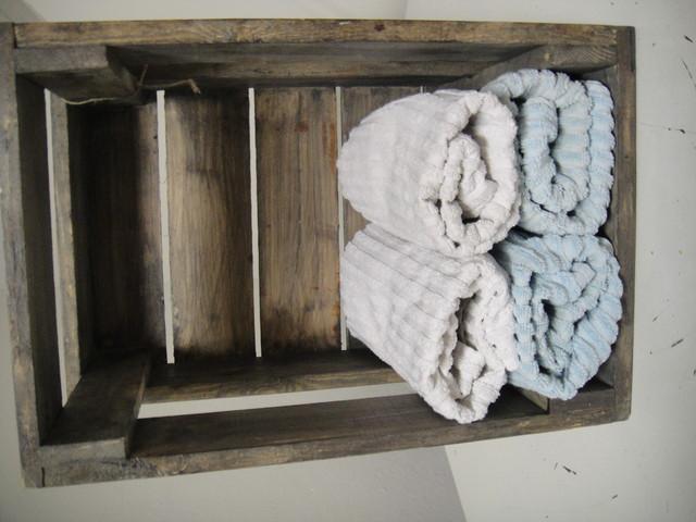 Seinälle kiinnitettynä toimii hyllynä vaikkapa pyyhkeille