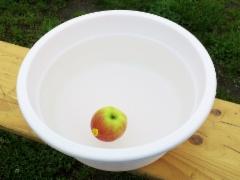 Toisena omenan poisto pesuvadista ilman käsiä