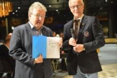 Kaupunginjohtaja Jyrki Mattila vastaanotti Concareiden juhlakirjan