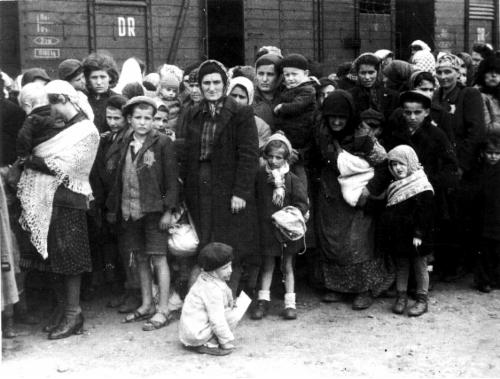 Unkarin_juutalaiset_Auscwitzissa_kesalla_1944.jpg