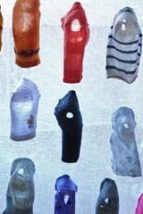 2. kantapaan kautta, installaatio 2009. materiaali kaytetyt lasten ja aikuisten sukat